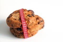 Μπισκότα στο λευκό με την κορδέλλα στο κόκκινο λευκό Στοκ Φωτογραφίες