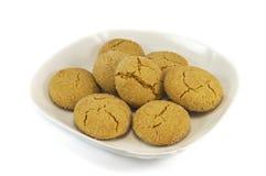 Μπισκότα στο πιάτο που καλύπτεται τη ζάχαρη που απομονώνεται με πέρα από το wh στοκ εικόνες