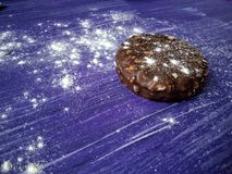 Μπισκότα στο πορφυρό αλεύρι επιδορπίων υποβάθρου Στοκ Εικόνες