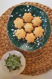 Μπισκότα στο χειροποίητο κεραμικό πιάτο succulents πλησίον στο συγκεκριμέ στοκ φωτογραφία με δικαίωμα ελεύθερης χρήσης