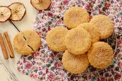 Μπισκότα της Apple που κονιοποιούνται με τη ζάχαρη και την κανέλα Στοκ Εικόνες