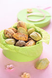 Μπισκότα της Madeleine σε ένα πράσινο κιβώτιο. στοκ φωτογραφίες