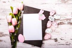 Μπισκότα, τουλίπες και ευχετήρια κάρτα Πάσχας Στοκ φωτογραφία με δικαίωμα ελεύθερης χρήσης