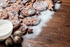 Μπισκότα τσιπ σοκολάτας και διεσπαρμένα φυστίκια, αμύγδαλα και pieses της σοκολάτας Στοκ Εικόνες