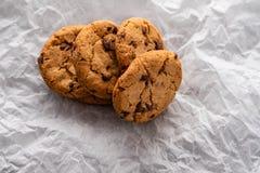 Μπισκότα τσιπ σοκολάτας με μια φέτα της σοκολάτας, σε ένα κομμάτι του χαρτί ψησίματος, με το διάστημα αντιγράφων στοκ φωτογραφία με δικαίωμα ελεύθερης χρήσης