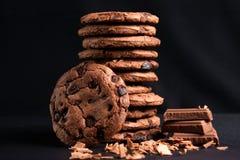 Μπισκότα τσιπ σοκολάτας και μαύρο υπόβαθρο Στοκ εικόνα με δικαίωμα ελεύθερης χρήσης