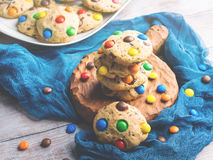 Μπισκότα τσιπ σοκολάτας με τις καραμέλες ουράνιων τόξων τονισμένος Στοκ φωτογραφία με δικαίωμα ελεύθερης χρήσης