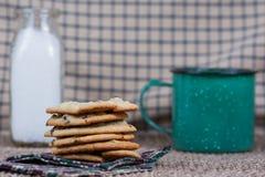 Μπισκότα τσιπ σοκολάτας με το γάλα και τον καφέ Στοκ φωτογραφίες με δικαίωμα ελεύθερης χρήσης
