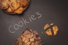 Μπισκότα τσιπ σοκολάτας πέρα από το σκοτεινό υπόβαθρο Στοκ Εικόνες