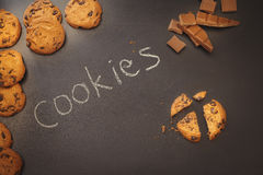Μπισκότα τσιπ σοκολάτας πέρα από το σκοτεινό υπόβαθρο Στοκ εικόνα με δικαίωμα ελεύθερης χρήσης