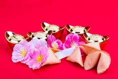 Μπισκότα τύχης, διακοσμητικά χρυσά ψήγματα, άνθος flowres ρ δαμάσκηνων Στοκ εικόνα με δικαίωμα ελεύθερης χρήσης