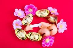 Μπισκότα τύχης, διακοσμητικά χρυσά ψήγματα, άνθος flowres ρ δαμάσκηνων Στοκ Εικόνες