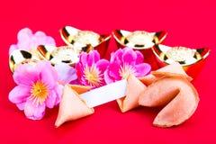 Μπισκότα τύχης, διακοσμητικά χρυσά ψήγματα, λουλούδια ανθών δαμάσκηνων Στοκ Εικόνες