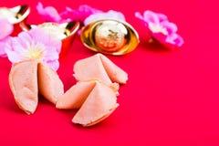 Μπισκότα τύχης, διακοσμητικά χρυσά ψήγματα, λουλούδια ρ ανθών δαμάσκηνων Στοκ εικόνες με δικαίωμα ελεύθερης χρήσης