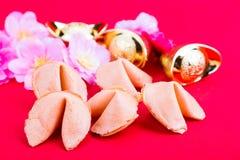 Μπισκότα τύχης, διακοσμητικά χρυσά ψήγματα, λουλούδια ρ ανθών δαμάσκηνων Στοκ Εικόνες