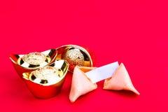 Μπισκότα τύχης με τα διακοσμητικά χρυσά ψήγματα στο κόκκινο υπόβαθρο Στοκ φωτογραφία με δικαίωμα ελεύθερης χρήσης