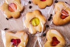 Μπισκότα υπό μορφή καρδιάς και λουλουδιών στοκ φωτογραφίες με δικαίωμα ελεύθερης χρήσης