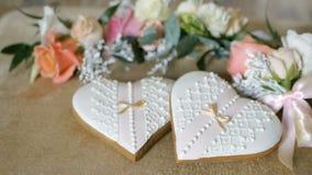 Μπισκότα υπό μορφή καρδιών Γαμήλιες επιγραφές, λουλούδια μπουτονιέρων απόθεμα βίντεο