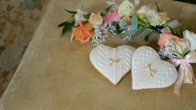 Μπισκότα υπό μορφή καρδιών Λουλούδια γαμήλιων μπουτονιέρων απόθεμα βίντεο