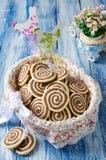 Μπισκότα υπό μορφή σπείρας σε ένα εορταστικό καλάθι Στοκ Εικόνες
