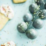 Μπισκότα υπό μορφή pasque και μπλε-χρωματισμένων αυγών 2 όλα τα αυγά Πάσχας έννοιας νεοσσών κάδων ανθίζουν τη χλόη χρωμάτισαν τις Στοκ φωτογραφίες με δικαίωμα ελεύθερης χρήσης