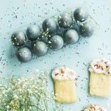 Μπισκότα υπό μορφή pasque και μπλε-χρωματισμένων αυγών 2 όλα τα αυγά Πάσχας έννοιας νεοσσών κάδων ανθίζουν τη χλόη χρωμάτισαν τις Στοκ εικόνα με δικαίωμα ελεύθερης χρήσης