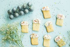 Μπισκότα υπό μορφή pasque και μπλε-χρωματισμένων αυγών 2 όλα τα αυγά Πάσχας έννοιας νεοσσών κάδων ανθίζουν τη χλόη χρωμάτισαν τις Στοκ εικόνες με δικαίωμα ελεύθερης χρήσης