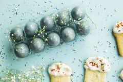 Μπισκότα υπό μορφή pasque και μπλε-χρωματισμένων αυγών 2 όλα τα αυγά Πάσχας έννοιας νεοσσών κάδων ανθίζουν τη χλόη χρωμάτισαν τις Στοκ φωτογραφία με δικαίωμα ελεύθερης χρήσης