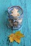 Μπισκότα φθινοπώρου σε ένα αναδρομικό βάζο γυαλιού Στοκ Φωτογραφίες
