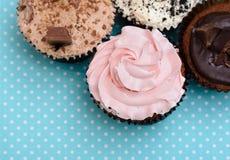 Μπισκότα φραουλών σοκολάτας και κέικ φλυτζανιών κρέμας στο εκλεκτής ποιότητας επιτραπέζιο ύφασμα Στοκ Φωτογραφίες