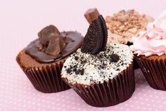 Μπισκότα φραουλών σοκολάτας και κέικ φλυτζανιών κρέμας στο vintagetable ύφασμα Στοκ εικόνα με δικαίωμα ελεύθερης χρήσης