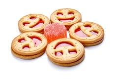 Μπισκότα χαμόγελου με την κόκκινη ζελατίνα η ανασκόπηση απομόνωσε το λευκό στοκ εικόνες