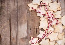 Μπισκότα Χριστουγέννων αστεριών και κάλαμοι καραμελών στοκ εικόνες με δικαίωμα ελεύθερης χρήσης