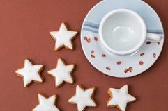 Μπισκότα Χριστουγέννων και ένα φλυτζάνι καφέ Στοκ εικόνες με δικαίωμα ελεύθερης χρήσης