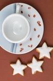 Μπισκότα Χριστουγέννων και ένα φλυτζάνι καφέ Στοκ εικόνα με δικαίωμα ελεύθερης χρήσης