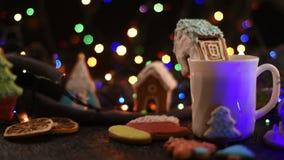 Μπισκότα Χριστουγέννων και φλυτζάνι του τσαγιού απόθεμα βίντεο