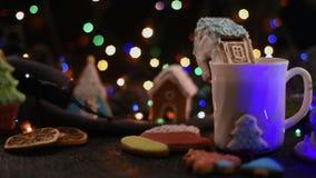 Μπισκότα Χριστουγέννων και φλυτζάνι του τσαγιού φιλμ μικρού μήκους