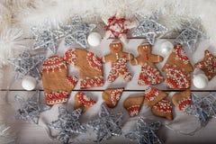 Μπισκότα Χριστουγέννων και χειροποίητα αναδρομικά παιχνίδια Στοκ Φωτογραφίες