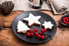 Μπισκότα Χριστουγέννων μελοψωμάτων στο μαύρο πιάτο στοκ εικόνες