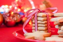 Μπισκότα Χριστουγέννων με μια κορδέλλα στοκ εικόνες με δικαίωμα ελεύθερης χρήσης