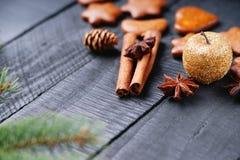 Μπισκότα Χριστουγέννων μελοψωμάτων, χρυσοί καρυκεύματα μήλων και κλάδος δέντρων έλατου Στοκ εικόνες με δικαίωμα ελεύθερης χρήσης