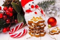 Μπισκότα Χριστουγέννων με την εορταστική διακόσμηση Στοκ Εικόνες