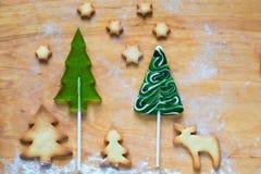 Μπισκότα Χριστουγέννων με την εορταστική διακόσμηση Στοκ φωτογραφία με δικαίωμα ελεύθερης χρήσης