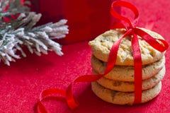 Μπισκότα Χριστουγέννων με την κόκκινη κινηματογράφηση σε πρώτο πλάνο κορδελλών Στοκ εικόνες με δικαίωμα ελεύθερης χρήσης