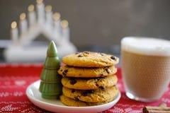 Μπισκότα Χριστουγέννων με τη σοκολάτα και το κακάο στο υπόβαθρο των κεριών στοκ εικόνες με δικαίωμα ελεύθερης χρήσης