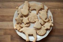 Μπισκότα Χριστουγέννων σε ένα πιάτο στοκ εικόνα με δικαίωμα ελεύθερης χρήσης