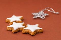 Μπισκότα Χριστουγέννων σε μια καφετιά ανασκόπηση Στοκ φωτογραφίες με δικαίωμα ελεύθερης χρήσης