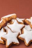 Μπισκότα Χριστουγέννων σε μια καφετιά ανασκόπηση Στοκ εικόνα με δικαίωμα ελεύθερης χρήσης