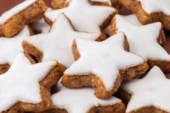 Μπισκότα Χριστουγέννων σε μια καφετιά ανασκόπηση Στοκ Εικόνα