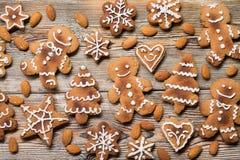 Μπισκότα Χριστουγέννων σε ξύλινο Στοκ εικόνες με δικαίωμα ελεύθερης χρήσης